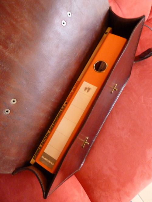 Contenance de la poche : un classeur et un livre de SF de 38cm de hauteur